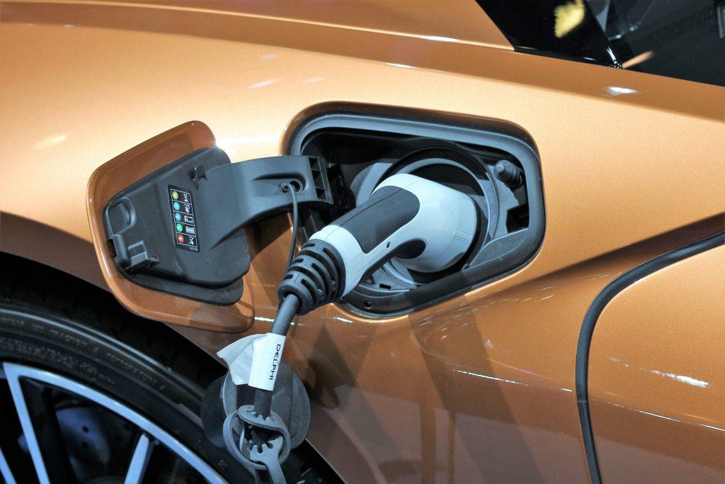Hoe lang duurt het voordat je een elektrische auto eruit hebt?