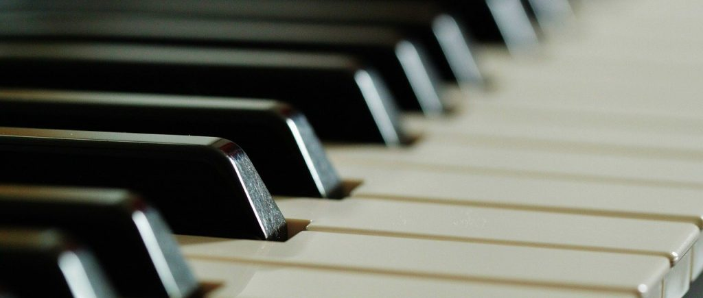 De grootste hits spelen op een keyboard